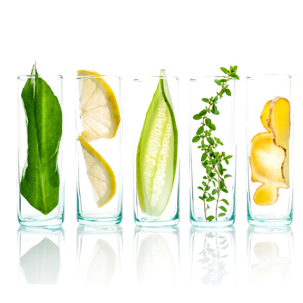 Verschiedene natürliche Wirkstoffe in Gläsern