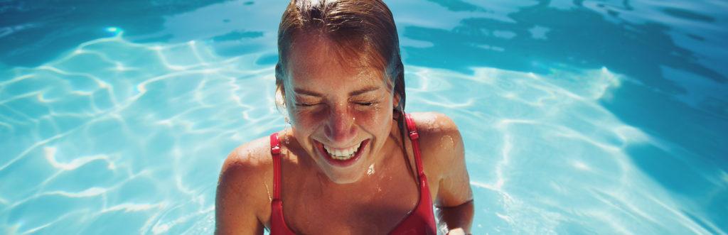 Frau mit rotem Badeanzug im Pool
