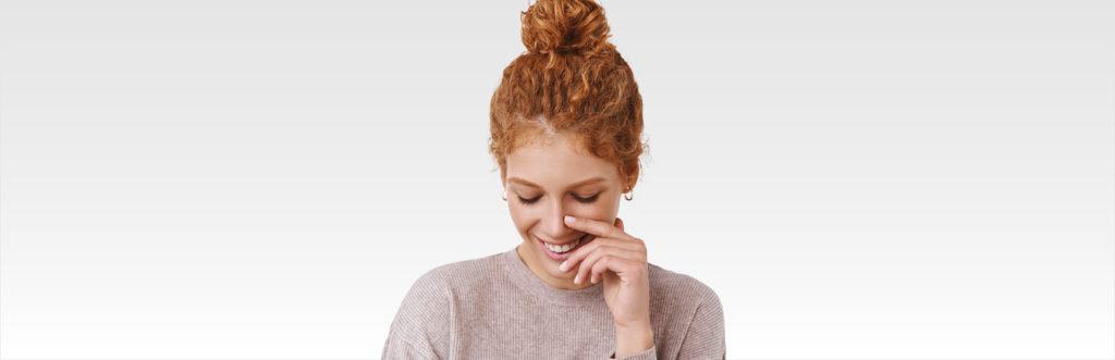 Frau mit hellem Hauttyp vor weißem Hintergrund
