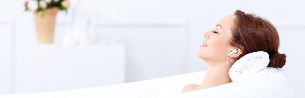 Brünette Frau entspannt in der Badewanne
