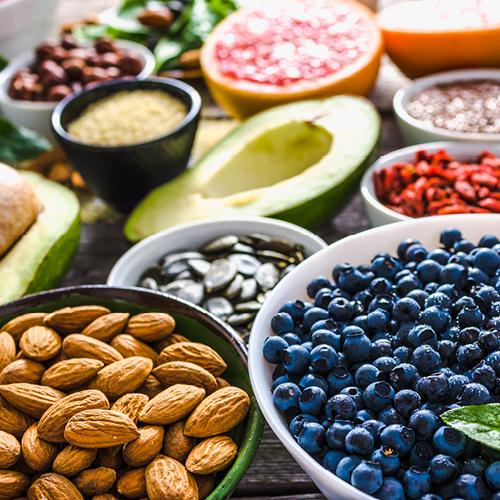 Schalen gefüllt mit Nüssen und verschiedenen Obstsorten