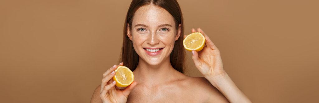 Frau mit Zitronen in den Händen